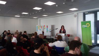 Moderatorin Bärbl Mielich beim Workshop Zeitpolitik mit Beate Müller-Gemmeke